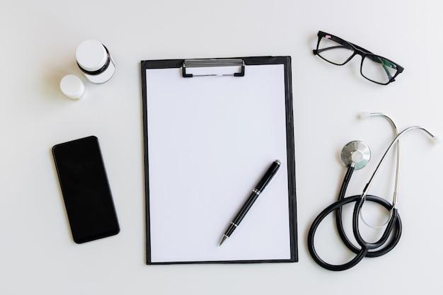 Stetoscopio con appunti e medicina, vista dall'alto, copia spazio, concetto di assistenza sanitaria
