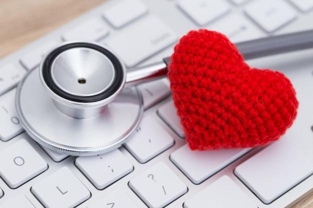 Stetoscopio con cuore rosso sulla tastiera
