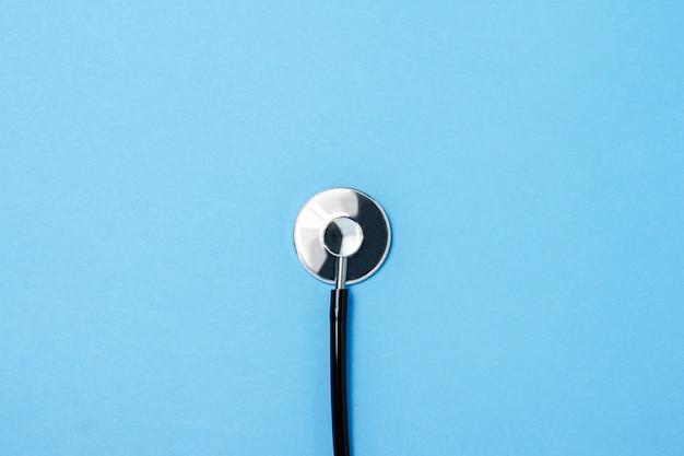 Stetoscopio del medico su una superficie blu. medicina concettuale, vaccino, virus, epidemia. vista piana, vista dall'alto