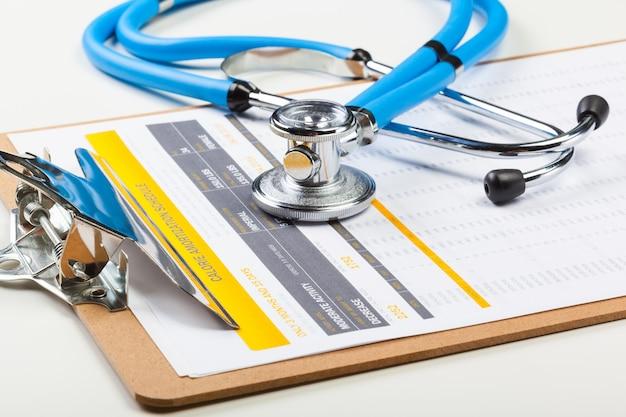 Stetoscopio del primo piano su sfondo medico