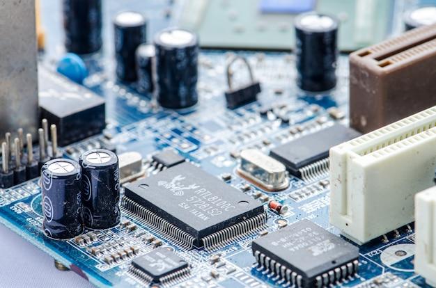 Stetoscopio di tecnologia e di salute sull'azzurro del circuito.