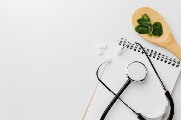 Stetoscopio e cucchiaio di legno con erbe