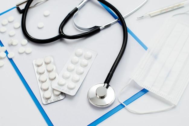 Stetoscopio e pillole di vista superiore