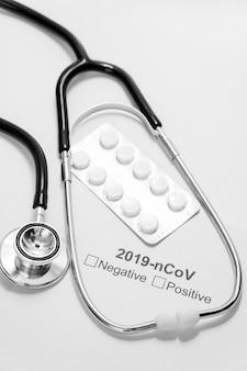 Stetoscopio e pillole medici del primo piano sulla tavola