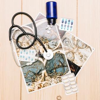 Stetoscopio e pillole sui tomogrammi