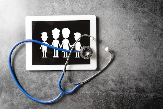 Stetoscopio e tablet sul pavimento, concetto sano