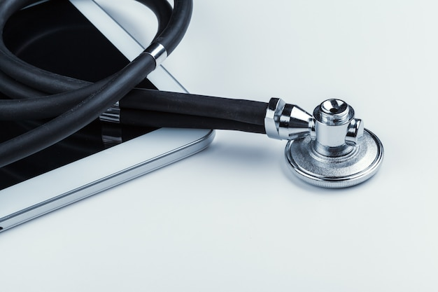 Stetoscopio e una tavoletta digitale