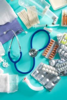 Stetoscopio farmaceutico della roba delle pillole mediche della bolla