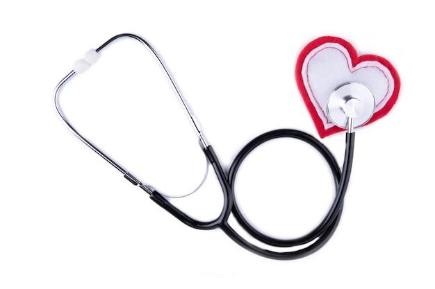 Stetoscopio medico e cuore isolati su bianco