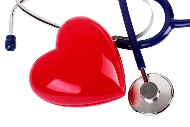 Stetoscopio medico e cuore rosso isolato su bianco