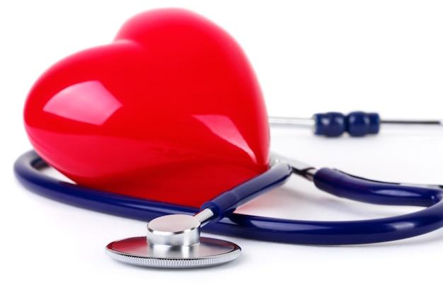 Stetoscopio medico e cuore rosso