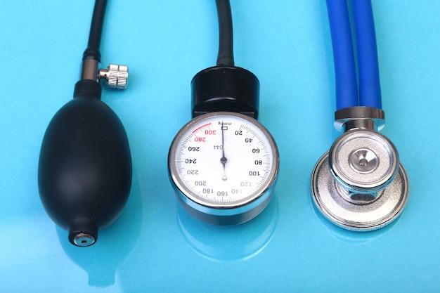 Stetoscopio medico e metro di pressione sanguigna isolati su fondo bianco. assistenza sanitaria.