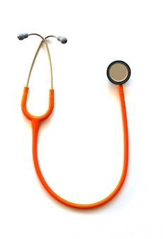 Stetoscopio medico su uno sfondo bianco.