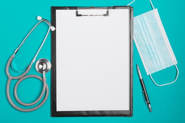 Stetoscopio medico vista dall'alto con appunti
