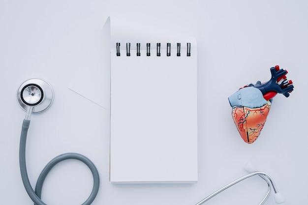 Stetoscopio, notebook e cuore realistico