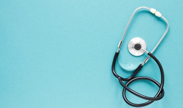 Stetoscopio professionale vista dall'alto con spazio di copia