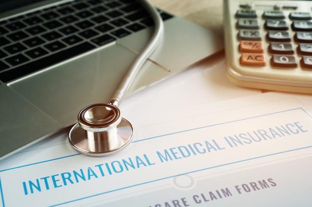 Stetoscopio sul computer con assicurazione medica internazionale