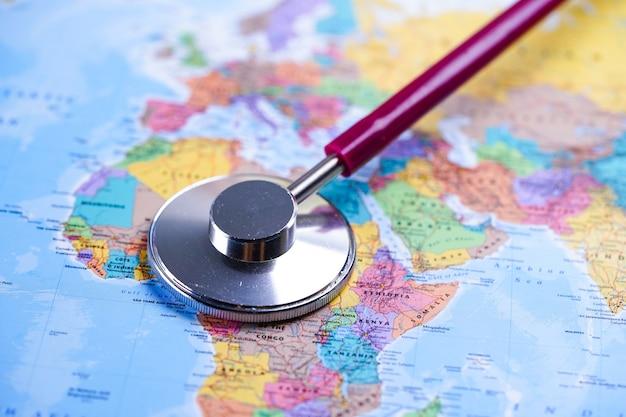 Stetoscopio sulla mappa del mondo