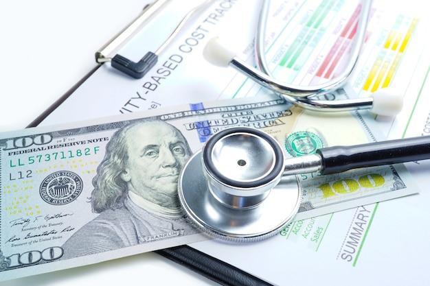 Stetoscopio sulle banconote del dollaro americano, finanza, conto, statistiche, analitico.