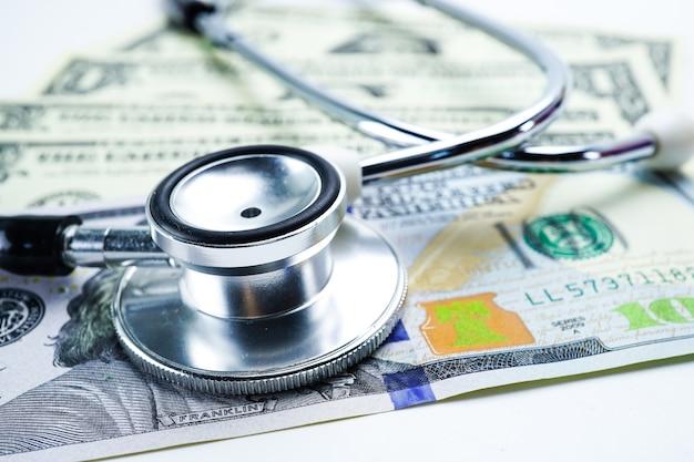 Stetoscopio sulle banconote del dollaro americano, finanza, conto, statistiche.