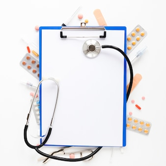 Stetoscopio vista dall'alto con compresse di medicina