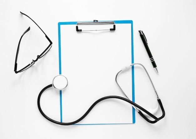 Stetoscopio vista dall'alto con occhiali e penna
