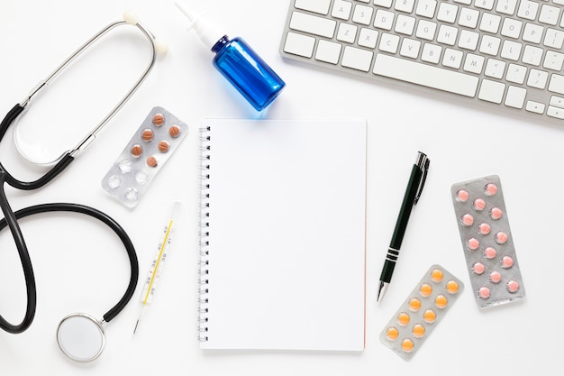 Stetoscopio vista dall'alto con tablet e tastiera