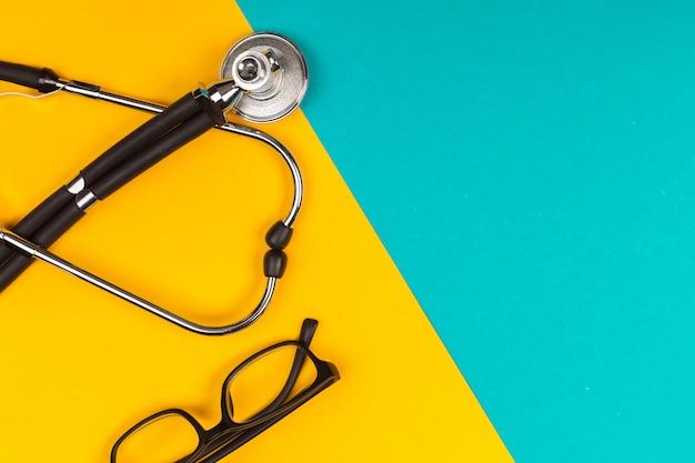 Stetoscopio vista dall'alto su sfondo colorato