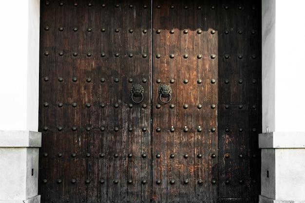 Stile antico del portone dell'entrata invecchiato arte della porta