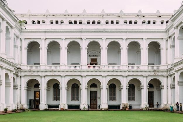 Stile architettonico vittoriano con cortile centrale all'interno del museo indiano
