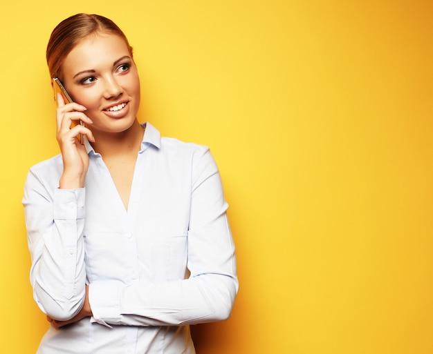 Stile di vita, affari e concetto della gente: donna sorridente di affari