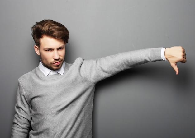 Stile di vita, affari e concetto della gente: l'uomo d'affari triste mostra il som