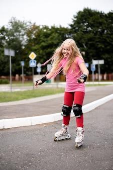Stile di vita attivo in una città moderna - ragazza alla moda roller-blading in uno stadio
