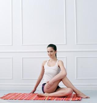 Stile di vita. bella ragazza durante l'esercizio di yoga