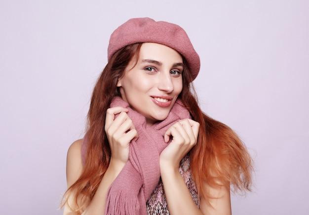 Stile di vita, bellezza e concetto della gente: ragazza del redhair di bellezza che porta berreto rosa