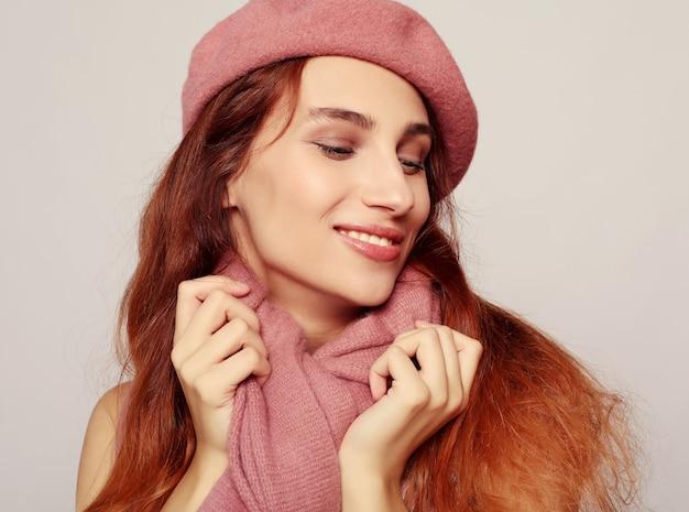 Stile di vita, bellezza e concetto di persone: ragazza redhair di bellezza che indossa un berretto rosa