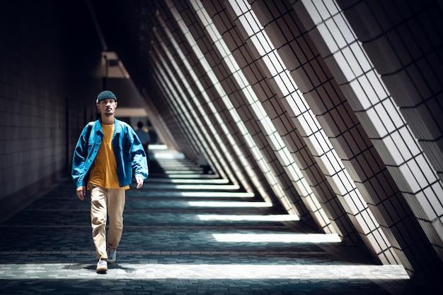 Stile di vita dei designer creativi, camminando in città