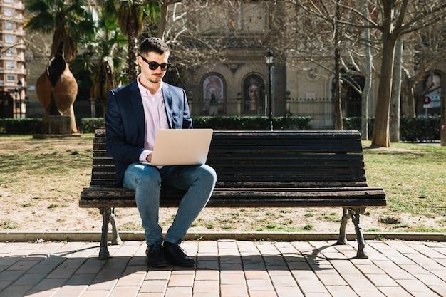 Stile di vita dell'uomo d'affari moderno nel parco