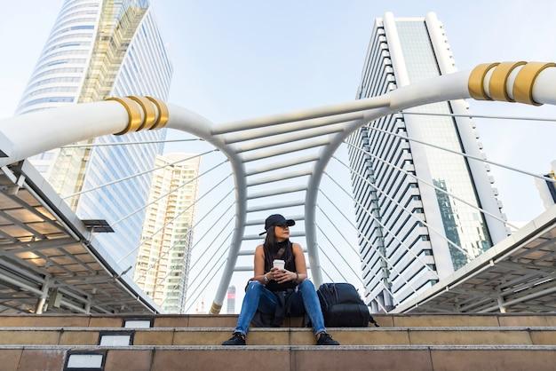 Stile di vita della donna, viaggio in chong nonsi, passeggiata del cielo di chong nonsi alla stazione del treno di alianti del bkk su silom line. c
