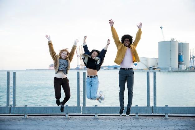 Stile di vita di giovani amici all'aperto