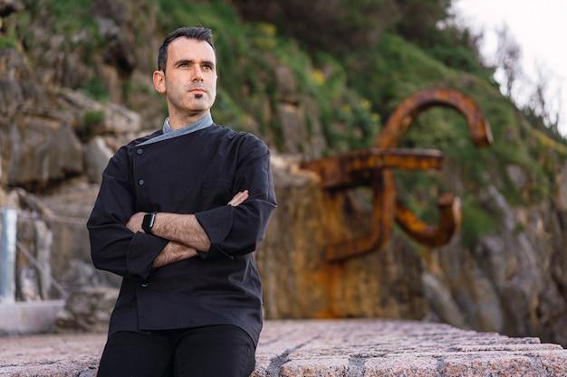 Stile di vita di un cuoco, giovane imprenditore bruna con grembiule nero