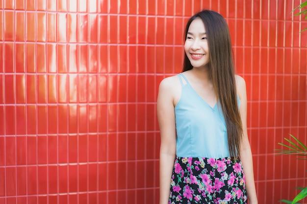 Stile di vita felice di sorriso della bella giovane donna asiatica