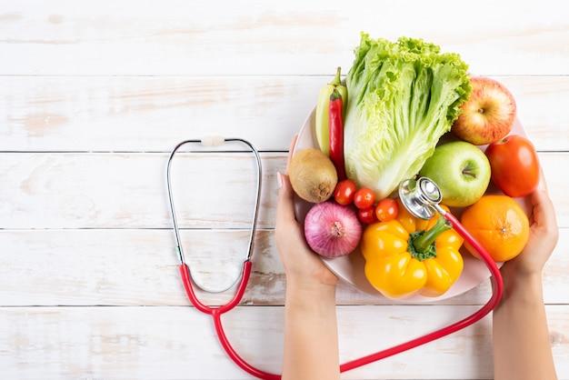 Stile di vita sano, cibo e concetto di nutrizione sul tavolo di legno bianco.