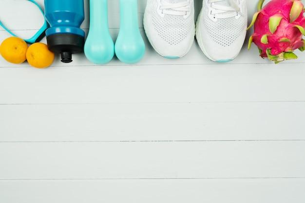 Stile di vita sano, cibo e concetto di sport. attrezzatura per l'atleta e frutta fresca