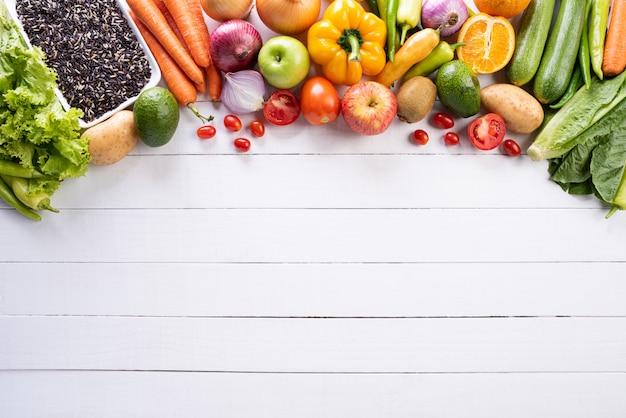Stile di vita sano, cibo e concetto di sport su fondo di legno bianco.