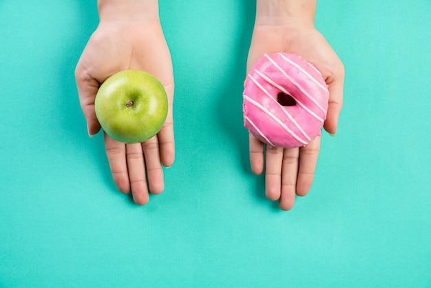 Stile di vita sano, cibo e concetto di sport su pastello.