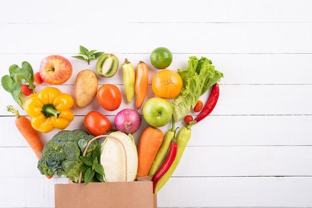 Stile di vita sano e concetto di cibo su fondo di legno bianco