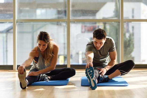 Stile di vita sportivo maschile formazione di fitness