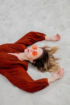 Stile donna adulta in occhiali da sole e camicia color borgogna