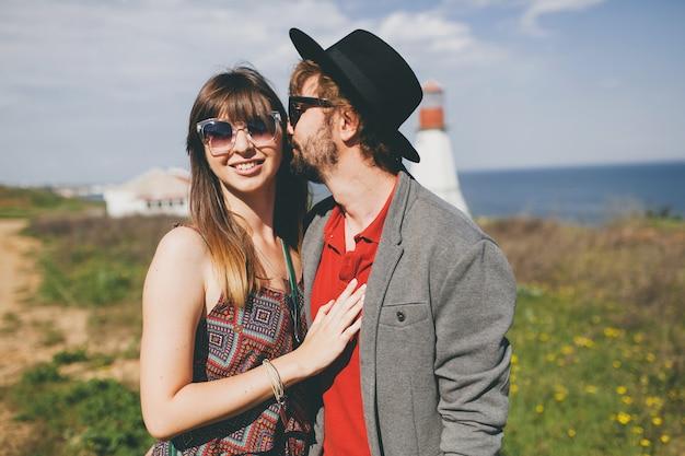 Stile indie delle coppie giovani hipster nell'amore che cammina nella campagna
